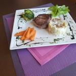 Filet de bœuf aux cèpes, gratin dauphinois, laitue braisée